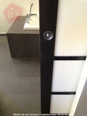Une porte coulissante dans un galandage dissimul e dans une cloison for Portes coulissantes pour salle de bain