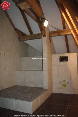 Salle de bain mansard e les combles d 39 une maison sont un - Douche italienne sous pente de toit ...