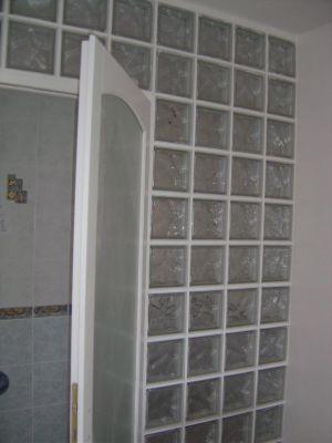 une cloison en pav de verre pour une salle de bain. Black Bedroom Furniture Sets. Home Design Ideas