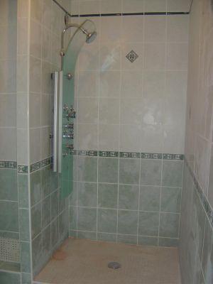 ad une s paration en pav de verre dans une salle de bain. Black Bedroom Furniture Sets. Home Design Ideas