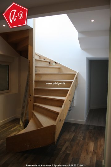 pose d 39 un escalier en bois 2 quart tournant. Black Bedroom Furniture Sets. Home Design Ideas