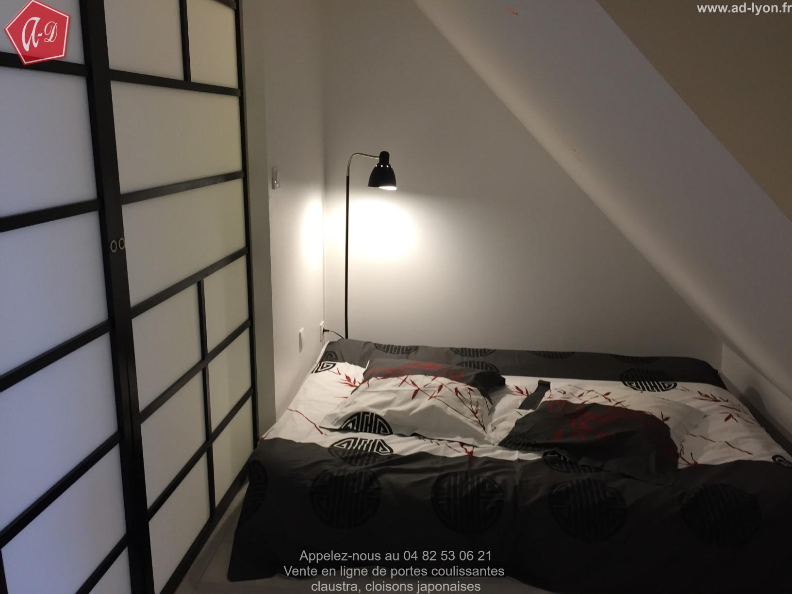 sangatsu une cloison suspendue sans rail au sol. Black Bedroom Furniture Sets. Home Design Ideas