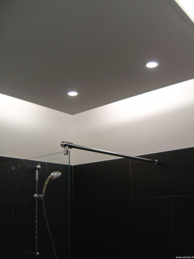 Plafond design avec éclairage par néons