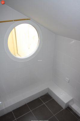 un apport de lumi re par un hublot pvc pour salle de bain. Black Bedroom Furniture Sets. Home Design Ideas