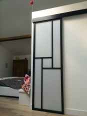 porte coulissante en applique avec un rail coulissant. Black Bedroom Furniture Sets. Home Design Ideas